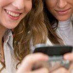 Kvinder tager smartphonen til sig (Foto: TDC)