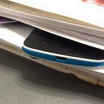 En mobil gemt i stakken af noter og bøger, skal nu afsløres af skannere på Syddansk Universitet (Foto: Lene Birkeslund)