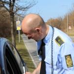 Politiet stoppr bilist efter overtrædelse af færdselsloven (Foto: Politi)