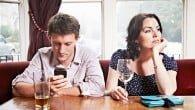 En ny undersøgelse viser, at 35 procent af alle smartphone-brugere tjekker deres telefoner mere end 50 gange om dagen.