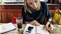 De fleste tror, at kvinder per definition elsker at tale i telefon, mens mænd oftere skriver en hurtigere SMS eller mail. Men en ny undersøgelse viser, at det særligt er kvinderne, der lader telefonen ligge.