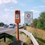 """Skilt """"Höhenkontrolle"""" (højdekontrol) og Siemens-nødtelefon på A7 foran Elbtunnel (Kilde: Wikipedia)"""