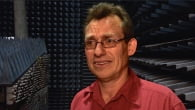 Antennedesign er kompliceret stof. Vi har besøgt professor Gert Frølund, der i den grad kan gøre det tunge stof folkeligt og forståeligt.