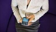Du mærker mobilen vibrere, men når du kigger er der ingen besked. Mange danskere oplever jævnligt disse fantom-SMS'er.
