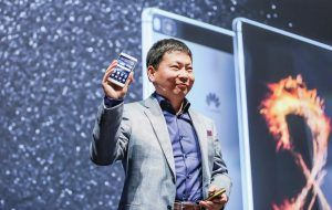 Richard Yu, CEO, Huawei med Huawei P8.