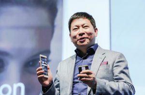 Richard Yu, CEO, Huawei med den nye P8.