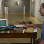 Apple-eksperten Corey Cohen og en Apple 1 computer