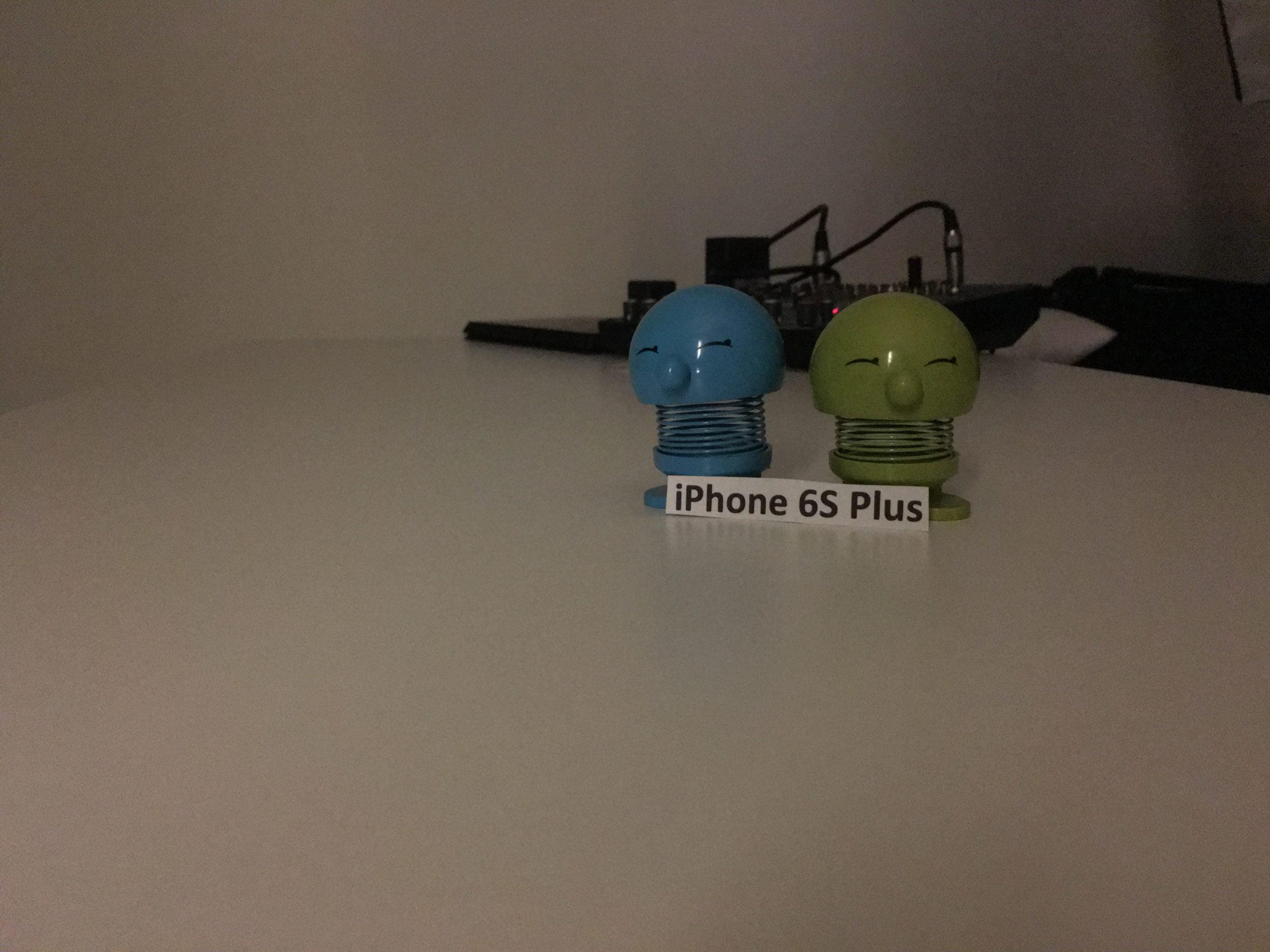 Foto taget med iPhone 6S Plus i et mørkt rum uden fotolys