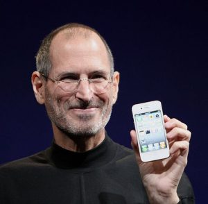 Steve Jobs med iPhone 4 i 2010