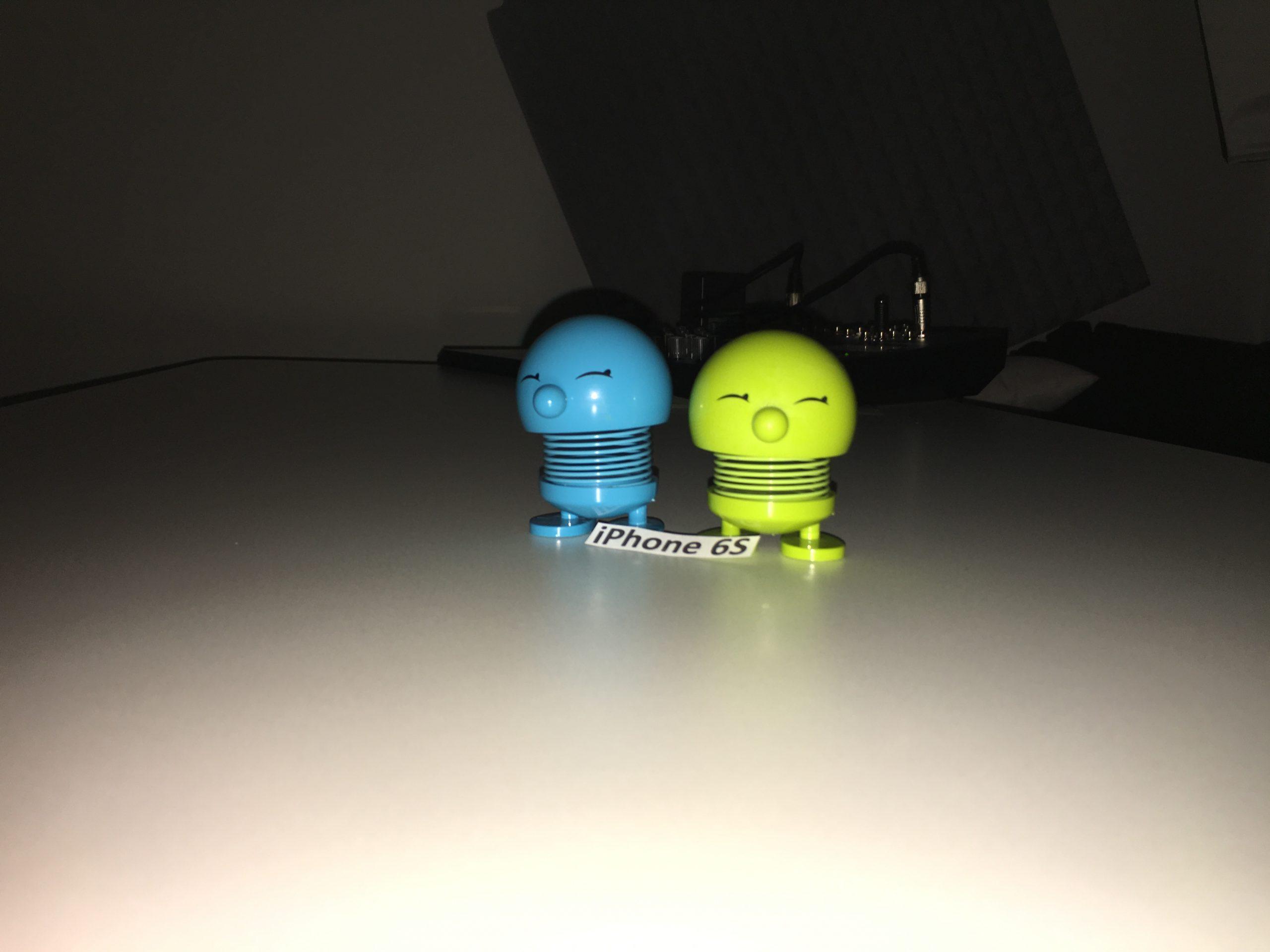 Foto taget med iPhone 6S i et mørkt rum med fotolys