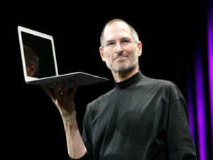 Steve Jobs med den første MacBook Air (Foto: Businessinsider.com)