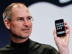 Steve Jobs med den første iPhone (Foto: Digitaltrends.com)