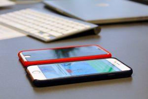 To iPhones med og uden Privacy Protection (Foto: MereMobil.dk)