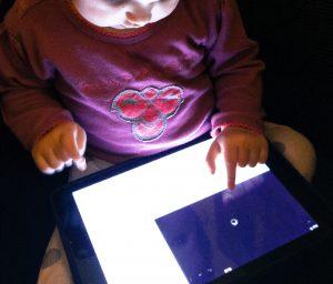 Barn med iPad (Foto: MereMobil.dk)
