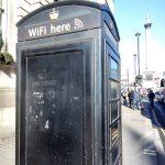 Gratis WiFi i London i en gammeltelefonboks ved Trafalgar Square