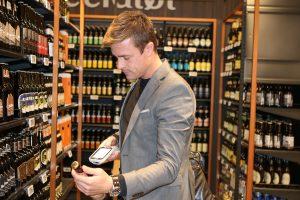 Forsøg hos Coop med selvscanning af varer ved turen rundt i butikken (Foto: Coop)