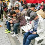 Nintendo-spil i bybilledet. Alle disse mennesker sidder i Tokyo og spiller (Foto: MereMobil.dk)