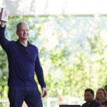 Tim Cook fremviser iPhonen ved offentliggørelsen af, at der nu er solgt en milliard iPhones på verdensplan (Foto: Apple)