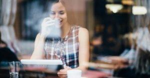 Der arbejdes ude på en café (Kilde: 3)