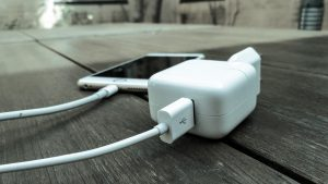 En iPad-oplader fylder ikke strøm hurtigere på en iPhone (Foto: MereMobil.dk)
