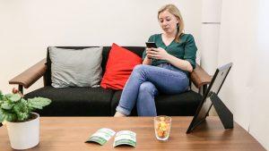 Person i venterum bruger smartphone