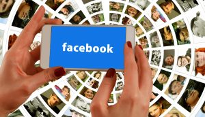 Facebook på smartphone (Foto: Gerd Altmann)