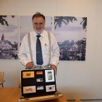 Formanden for Vordingborg kommunes erhvervsudvalg Asger Diness Andersen med mobiltestkuffert (Foto: Vordingborg Kommune)