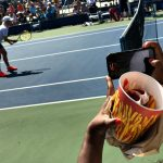 NEW YORK, NY - SEPTEMBER 08: A spectator snaps a photo of Martina Navratilova while holding a bucket of fries during the women's Championship Doubles Semifinals on a 90+ degree day. Martina Navratilova and Arantxa Sánchez Vicario defeated Tracy Austin and Gigi Fernandez. Day Eleven of the 2016 US Open at the USTA Billie Jean King National Tennis Center on September 8, 2016 in Queens (Foto: Landon Nordeman for ESPN)