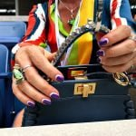 NEW YORK, NY - SEPTEMBER 09: A tennis fan places her designer bag on a hanger in box seats at Arthur Ashe stadium during Day Twelve of the 2016 US Open at the USTA Billie Jean King National Tennis Center on September 9, 2016 in Queens (Foto: Landon Nordeman for ESPN)
