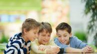 Flere og flere skoler giver det et forsøg med eleverne slukker og afleverer mobiltelefonerne i undervisningen.