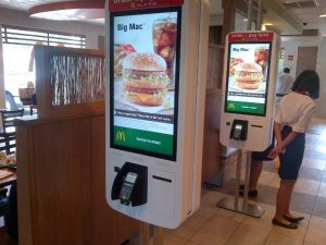 """Billeder af McDonald's """"Order and Pay"""" taget i Toronto Canada (Kilde: LinkedIn Bruce Winder, MBA Partner, Retail Advisors Network™)"""