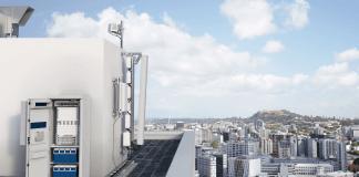 Eksempel på et typisk site, der tilbyder ekstrem kapacitet. Sitet består af udstyr, der leverer 2G, 3G, 4G og 5G, et mini-link til overførsel tilbage til teleselskabets hovednetværk samt strømforsyning og backup batteri. (Foto: Ericsson)