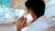 Forsøg med skilte der kan måle om bilister snakker i mobiltelefon er i gang i England. Myndighederne håber på nummerpladegenkendelse.