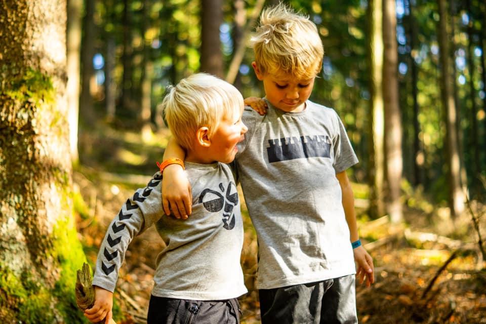 Martin Madsen har taget et billede af hans to drenge på tur i skoven (Foto: Martin Madsen)