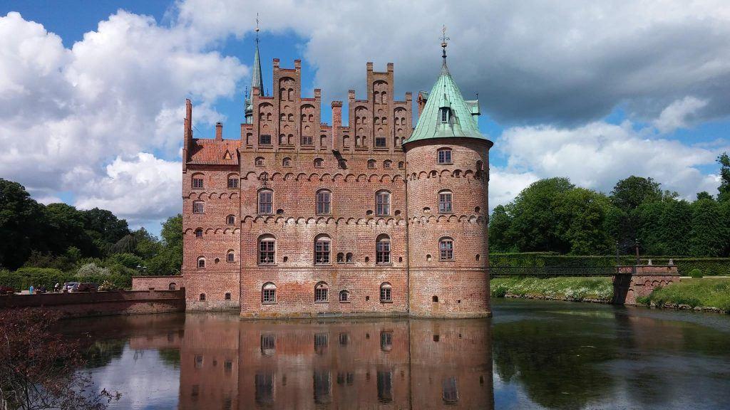 Billedet her af Egeskov slot, minder mig om en hyggelig familietur for nogle år siden. Det er taget med LG G2. (Foto: Niels Jørgen Madsen)