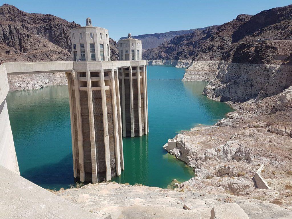 Et billede fra Hoover Damn mellem Californien og Arizona, hvor det tydeligt fremgår at vandstanden er faldende (lyse aftegninger i kløfterne). Billedet er taget med en Samsung Galaxy S7 Edge (Foto: Morten Kjærgaard)