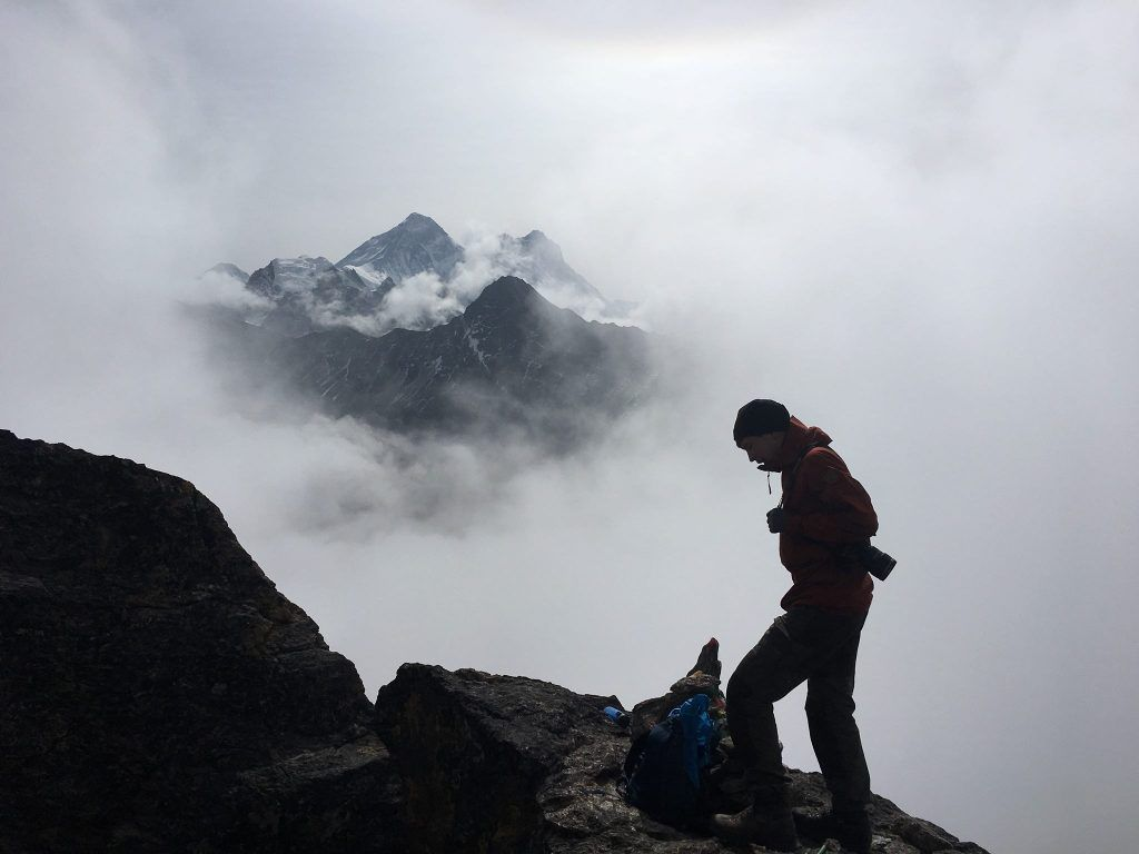 Tog det her billede af min makker Andreas Graham på toppen af Gokyo Peak med min iPhone 6s. I baggrunden ses Mt. Everest (Foto: Søren Gade Strønæs)