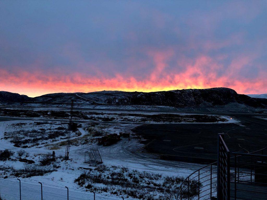 Kold morgen i Kangerlussuaq, og det ser ud som om fjeldet brænder - taget med iPhone X (Foto: Claus Eskildsen)