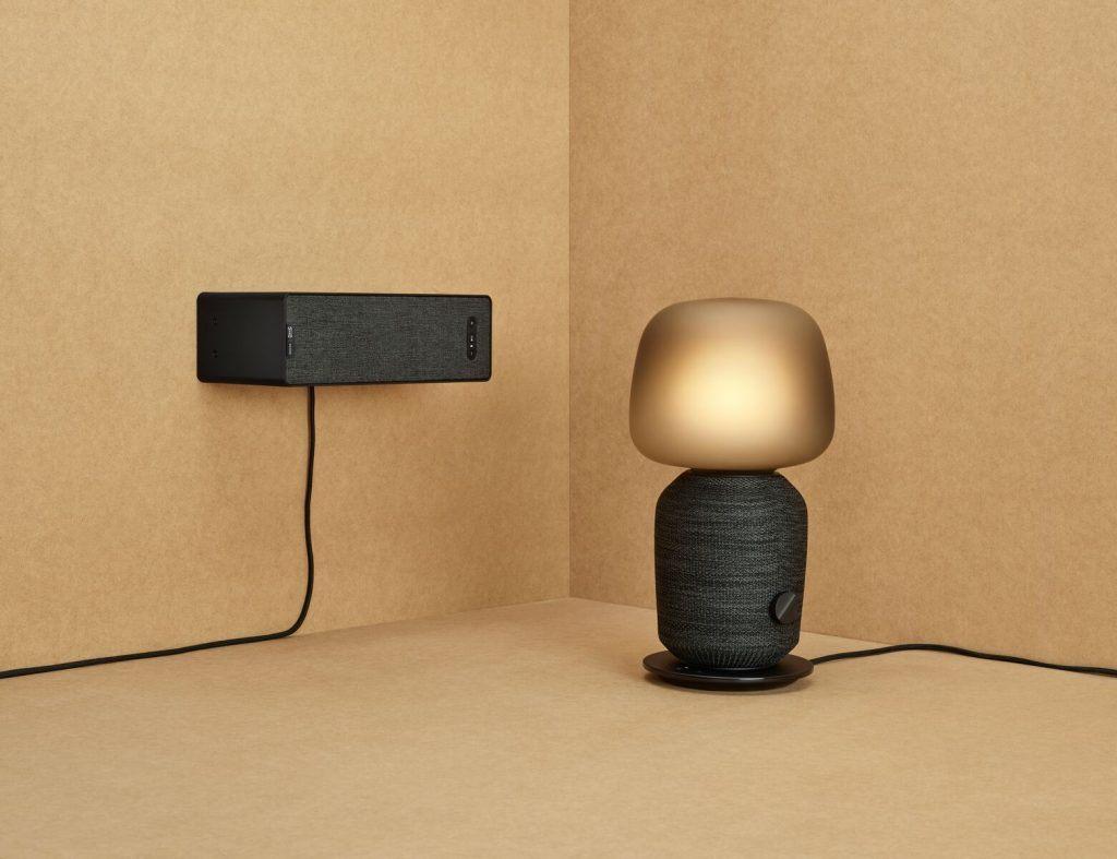 SYMFONISK. Bordlampe med wifi-højttaler og wifi-højttaler, der kan anvendes som boghylde (Foto: IKEA)