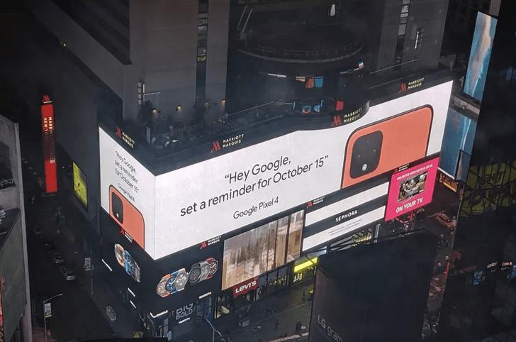 Billede taget af LousyTX (Reddit), der viser reklamen på Times Square i New York for den orange variant af Pixel 4 (Kilde: The Verge)