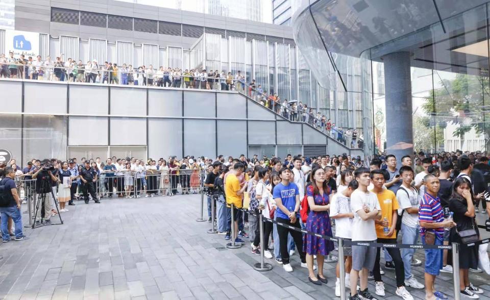 Lange køer udenfor Huaweis flagskibs butik i Nanshan distriktet i Shenzhen, hvor kinesiske mobilkøbere står i kø for at købe Mate 30-serien (Kilde: Weibo)