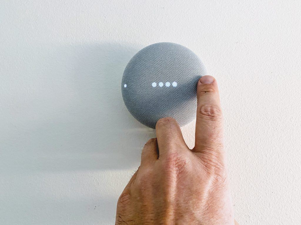 Google Nest Mini på væggen