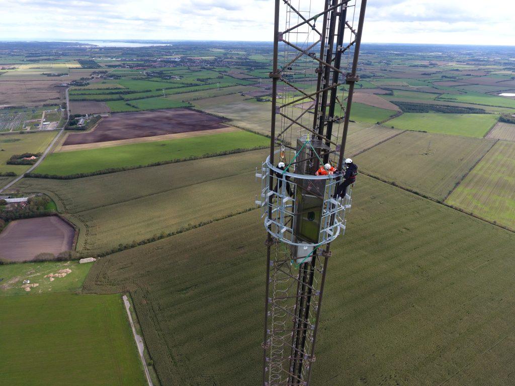 Antennen bliver monteret på en 300 meter høj masten i Aabenraa. På billedet ses mastefolk fra Cibicom (Foto: DR)