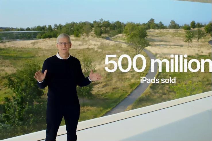 Apples topchef Tim Cook fortæller, at der nu er solgt mere end 500 millioner eksemplarer af iPads på verdensplan (Foto: The Verge)