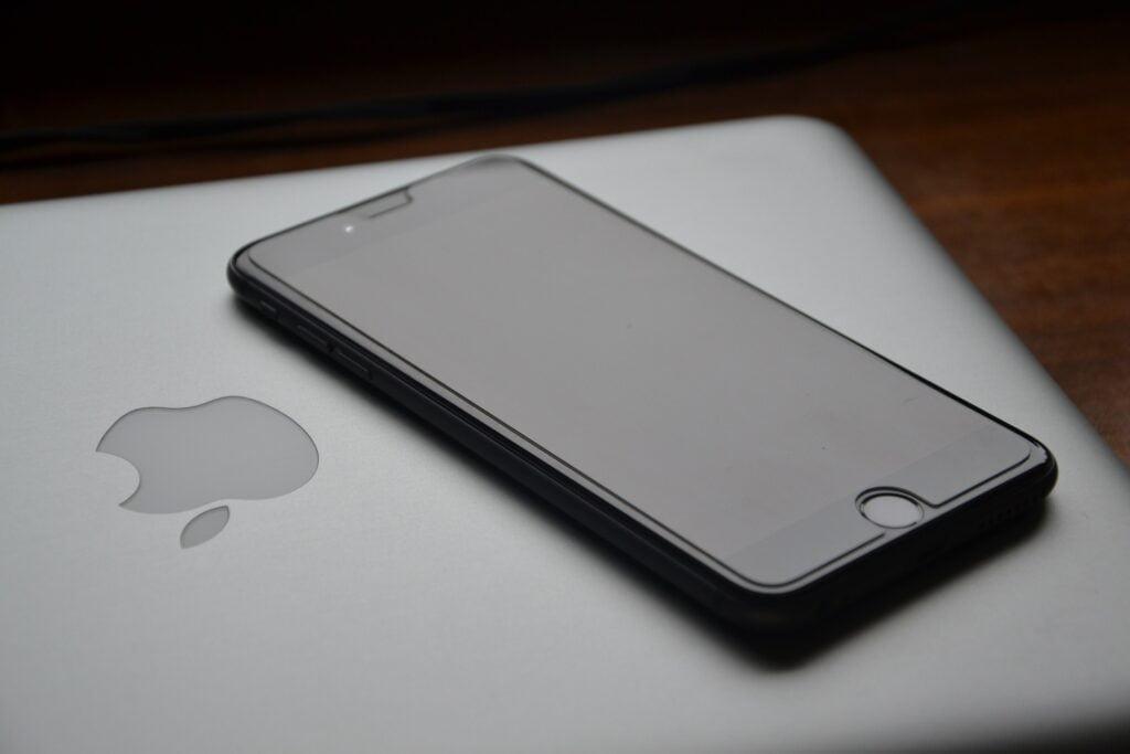 iPhone, Macbook, Apple