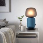 Bordlampen fra IKEA og Sonos med blå front (Foto: IKEA)