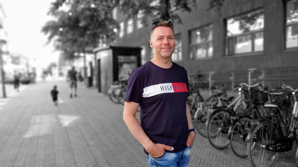 """Billede af John G. med """"color pop""""-funktionen i Google Fotos (Foto: MereMobil.dk)"""