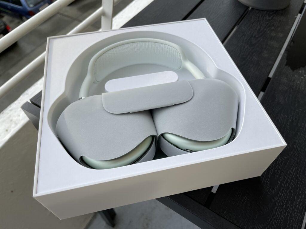 Apples AirPods Max i æske (Foto: MereMobil.dk)