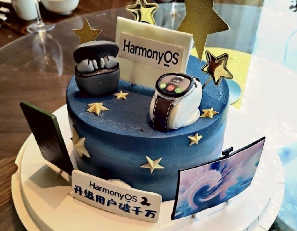Huawei-kagen der var til ansatte for at fejre, at der nu er rundet 10 millioner enheder med HarmonyOS 2