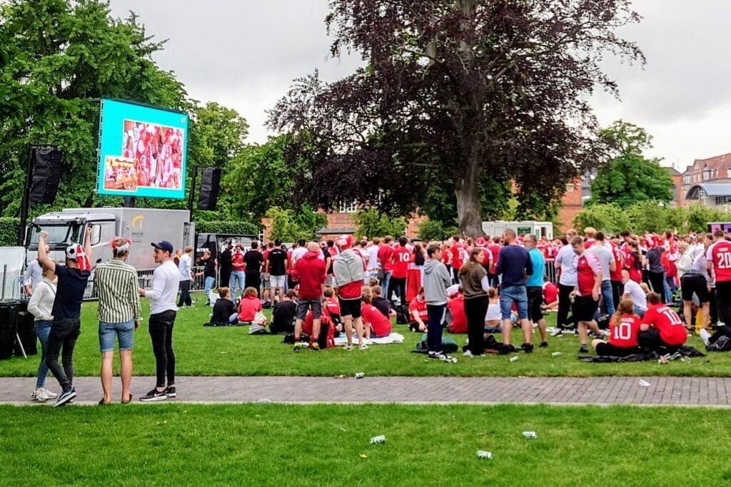 Storskærmsarrangement i Kongens Have Odense, lørdag den 3. juli 2021 - kvartfinalen Danmark vs. Tjekkiet (Foto: MereMobil.dk)